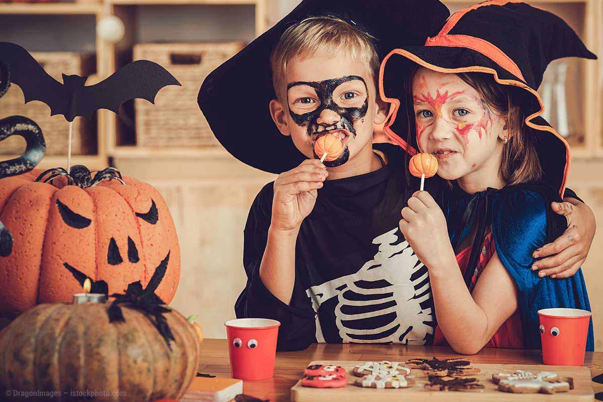 naschende kinder lachen zu halloween